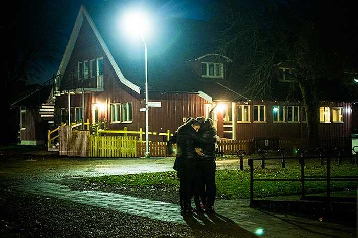 Våldsdådet skakar hela Ljungsbro. Under kvällen samlades många ungdomar och många höll om varandra och grät öppet.