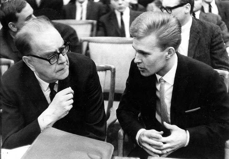 1966 handplockade Tage Erlander den unge Olle Svenning till sin innersta krets i statsrådsberedningen. I År med Erlander skildrar han nu tiden och arbetet i kansliet.