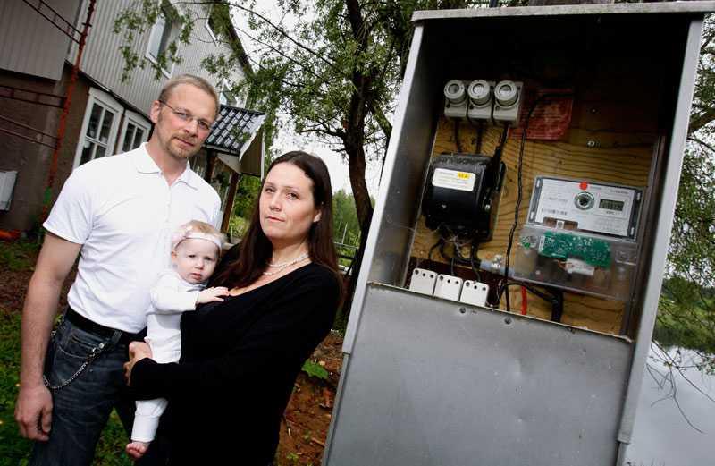 """FICK BETALA 14 000 MER Familjen Green i Hedemora fick en ny Actaris-mätare. Då började deras elförbrukning skena – trots att de vidtagit en rad besparande åtgärder. Från oktober till april – sex månader – påstår elbolaget att de förbrukat 16 300 kilowattimmar. """"Det är vad vi förbrukat per år de senaste sex åren"""", säger Jannike Green. I pengar betyder det 34 000 kronor om året i stället för normalt knappt 20 000 kronor. Men Hedemora Energi säger sig inte känna till några problem med de nyinstallerade Actaris-mätarna. """"Vi har inte fått in några klagomål"""", säger vd Sven-Erik Svanh."""