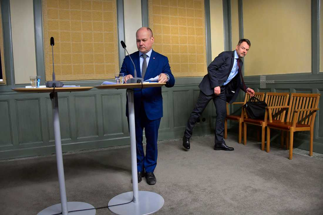 Justitieminister Morgan Johansson tar emot Blåljusutredningen av Riksåklagare Anders Perklev.