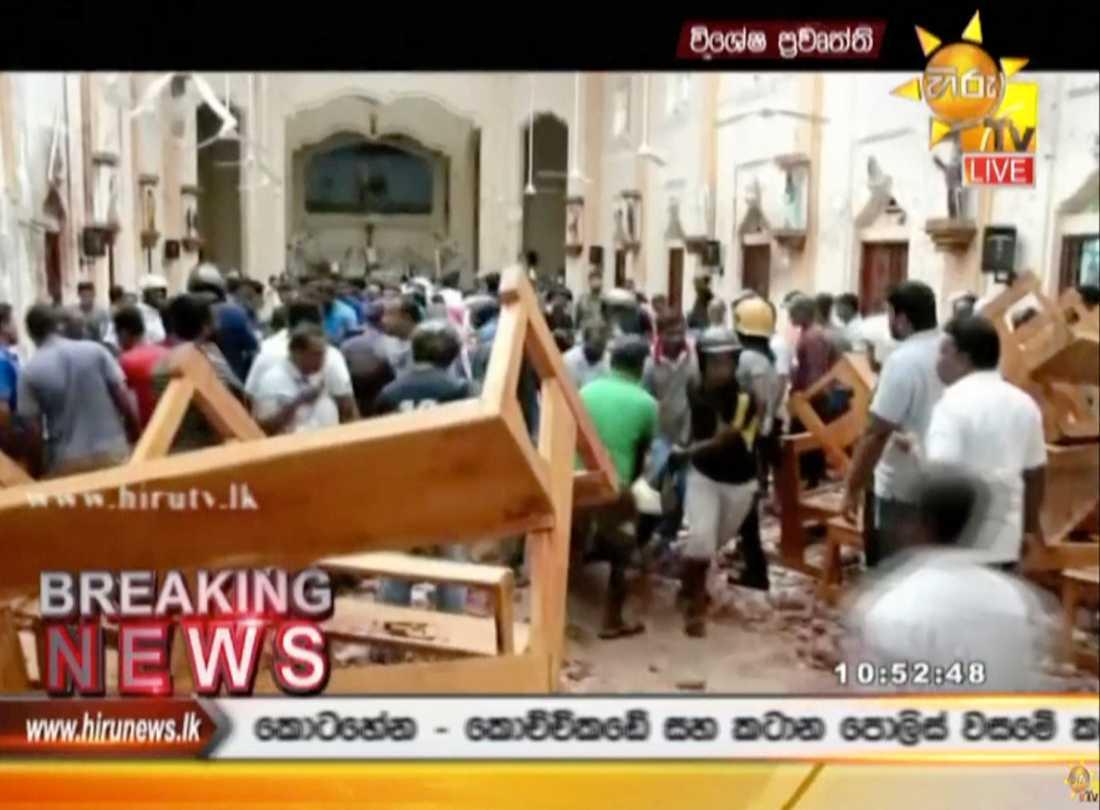 Stillbild från lokal-tv tagen inne i en kyrka i Colombo.