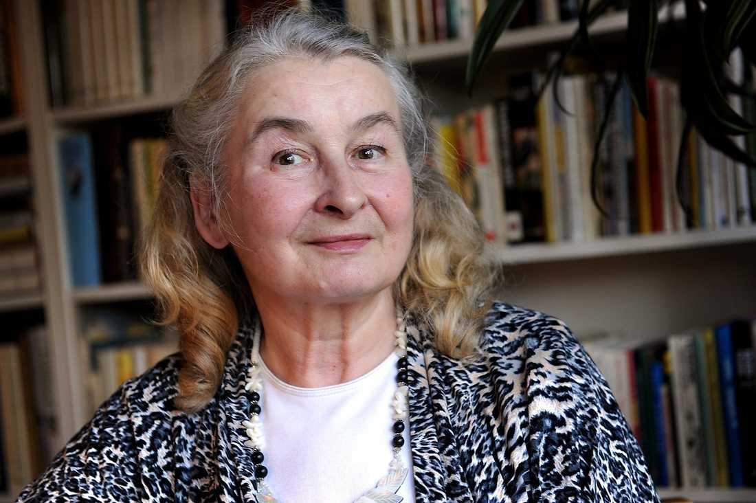 Lia Eriksson Hedberg, 69, somnade framför ratten och körde av motorvägen av trötthet. Hon hade 33 andningsuppehåll (apnéer) per timme i sömnen och led av sömnapnésyndromet. I dag har antalet minskat till fem i timmen med hjälp av en CPAP – en andningsmask.