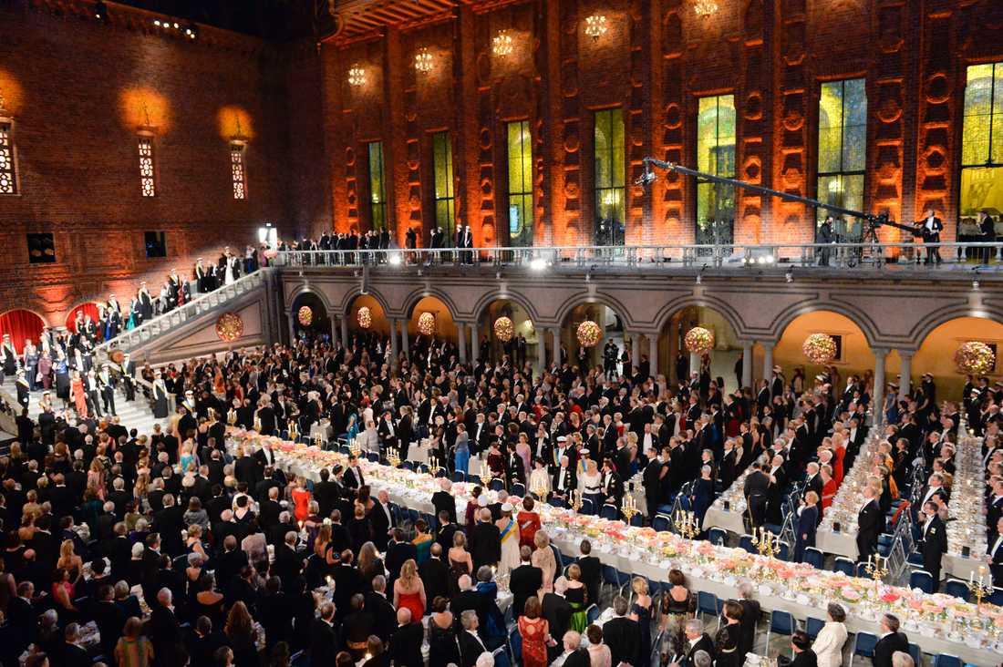 Gästerna tar plats vid bankettborden i Blå Hallen i Statshuset i Stockholm på torsdagen.