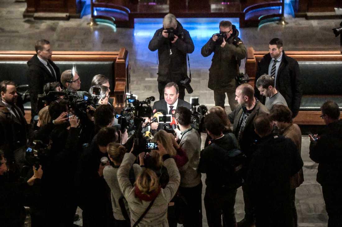 Journalister, här samlade runt statsminister Stefan Löfven, tillskrivs större inflytande över samhällsdebatten än till och med politiker, enligt en samlad bild från de svarande i Förtroendebarometern från Medieakademin. Arkivbild.