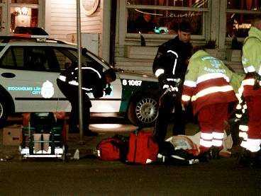 STOCKHOLMS CITY 2001 Skotten vid Stockolms central i förrgår dödade en 42-årig man och skadade en 49-årig kvinna. Den döde har vårdats på rättspsykiatrisk klinik för mord på fyra romer 1980.