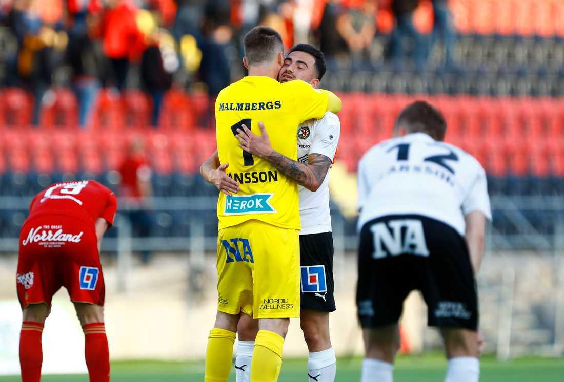 Örebros målvakt Oscar Jansson kramas om av Simon Amin efter slutsignalen.