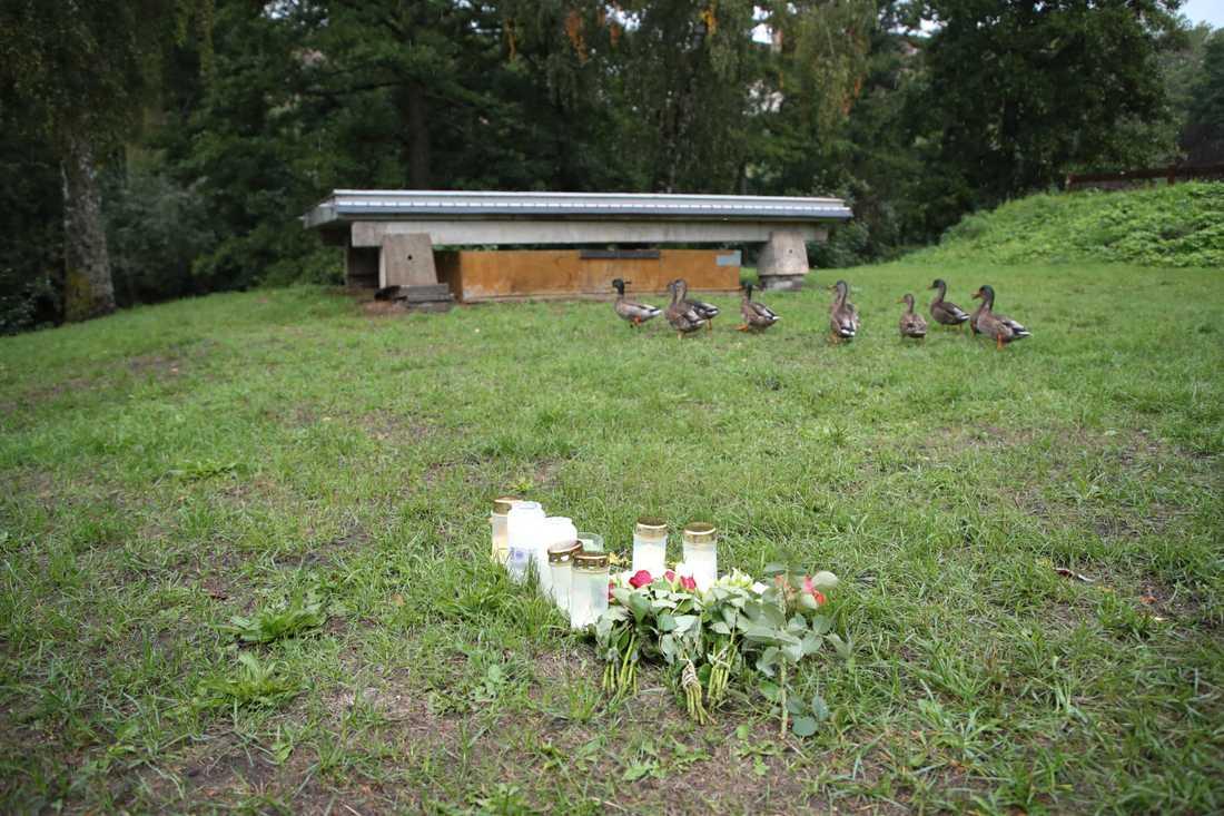 En hemlös man hittades död i en park i Huskvarna tidigt på morgonen den 8 augusti. På onsdagen inleds rättegången i Jönköpings tingsrätt som ska försöka klarlägga vad som hänt. Arkivbild.