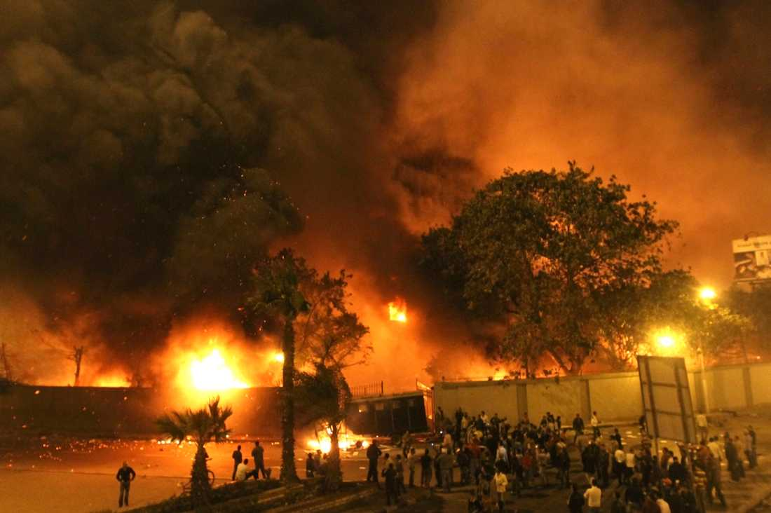 30 döda Efter fredagsbönen gav sig tusentals demonstranter ut på Kairos gator. Bland annat sattes regeringsbyggnaden i brand. Flera medier rappor