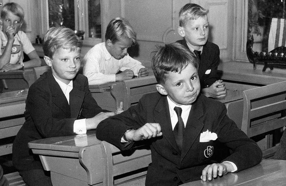Prins Carl Gustaf i klassrummet på Broms skola.