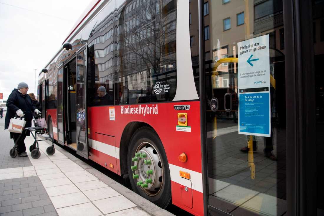 SL har haft problem med trängsel på bussarna, vilket går på tvärs mot Folkhälsomyndighetens riktlinjer.