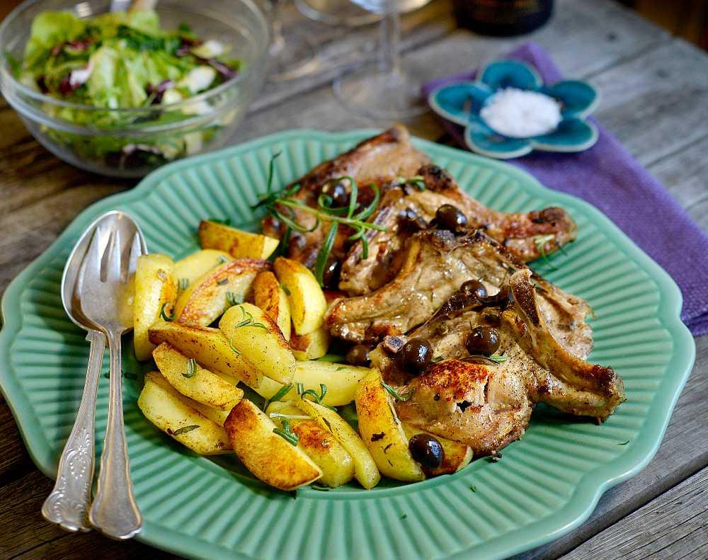 Fyllda fläskkotletter med ugnsbakad potatis.