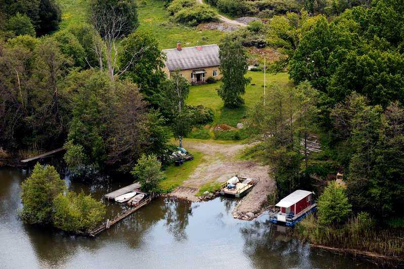 INSYNSSKYDDAT Huset ligger väldigt privat, med egen strand och man kan bara ta sig till och från ön med egen båt.