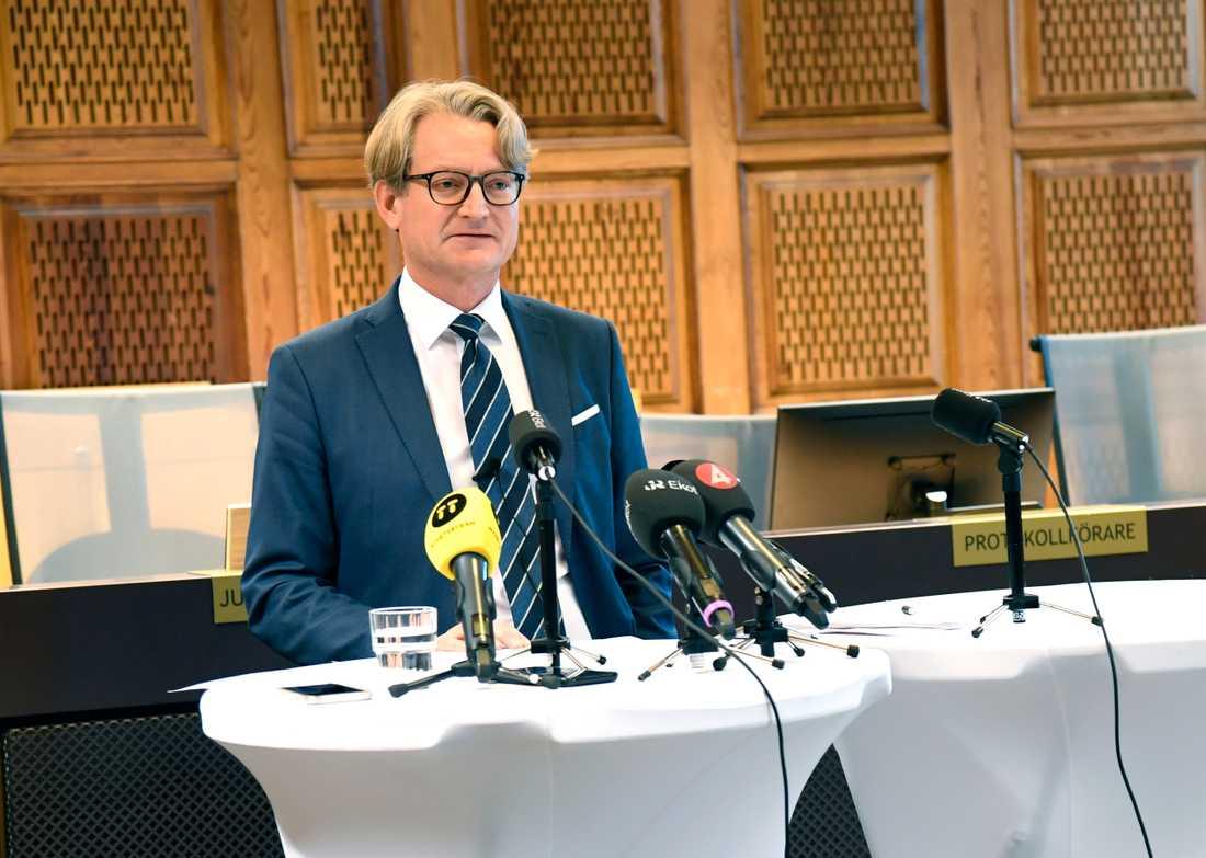 – Det kan tyckas anmärkningsvärt att poliserna sköt hela 25 skott vid tillfället men den frågan har alltså inte varit föremål för tingsrättens straffrättsliga prövning utan det har i huvudsak handlat om två skott, säger rättens ordförande, chefsrådmannen Erik Lindberg.