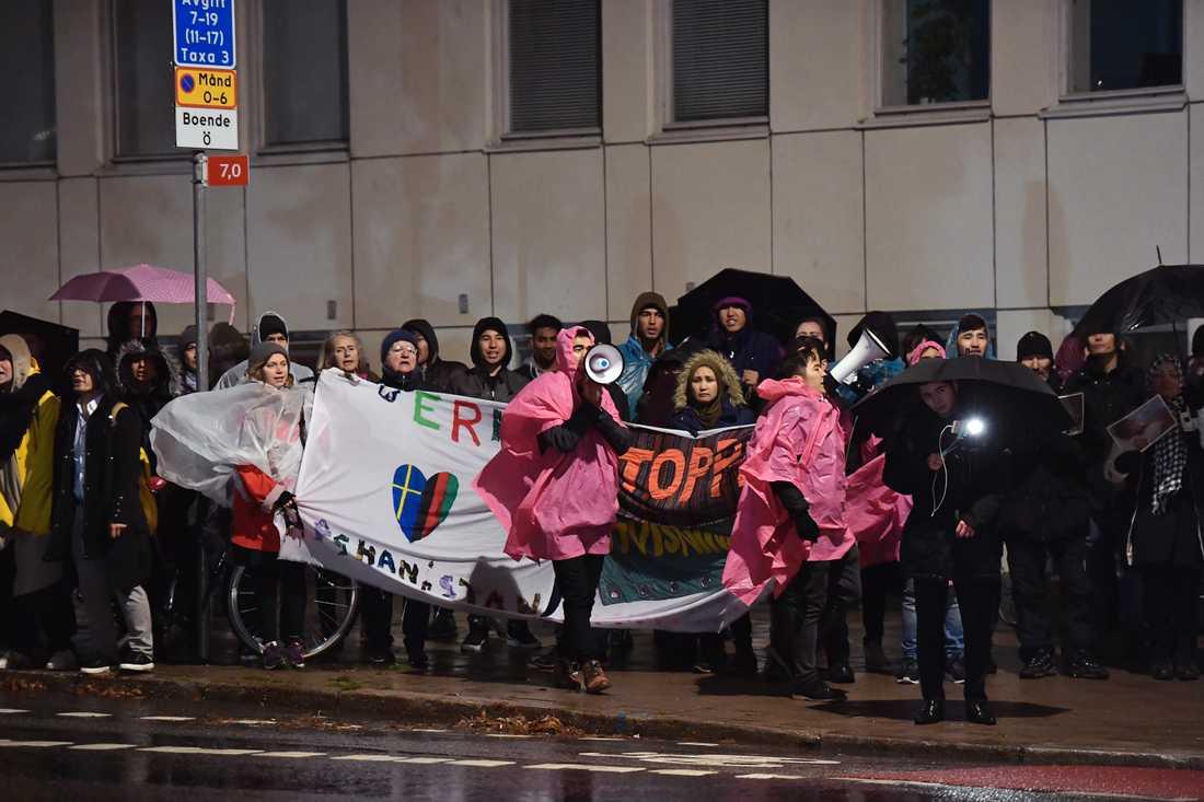 """Utanför tv-huset pågår just nu en manifestation av organisationen """"Ung i Sverige"""" som tidigare har sittdemonstrerat bland annat på Medborgarplatsen och Norra Bantorget i Stockholm mot utvisningar av afghanska ensamkommande."""