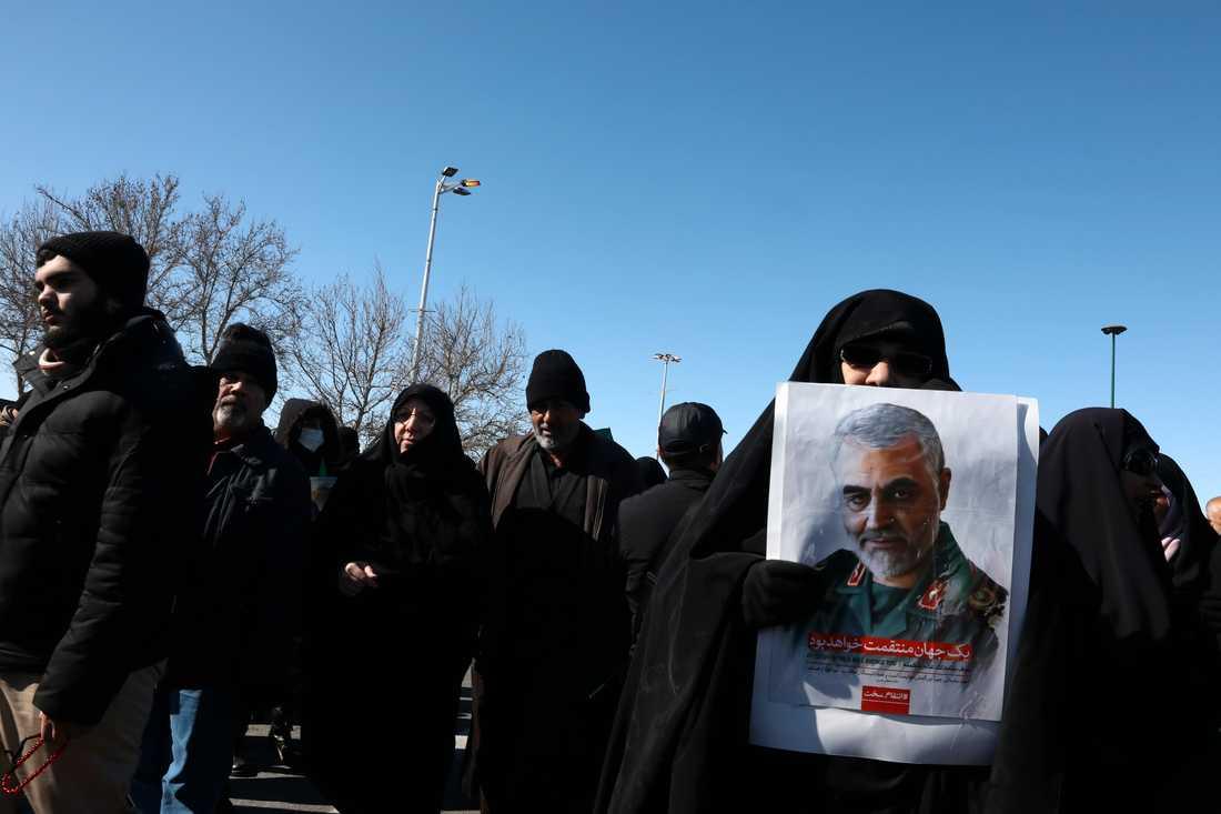 En demonstrant i Irans huvudstad Teheran håller upp en bild på Qassem Soleimani, som dödades i en amerikansk drönarattack den 3 januari i år. Arkivbild.