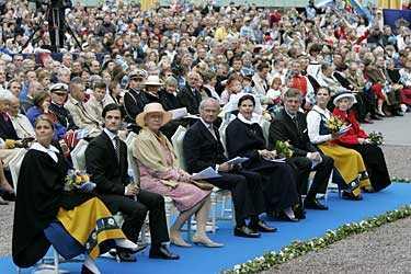 Sveriges nationaldag firades traditionsenligt på Skansen i närvaro av den svenska kungafamiljen. Men på första raden sitter även Björn von Südow, Riksdagens talman, med fru.