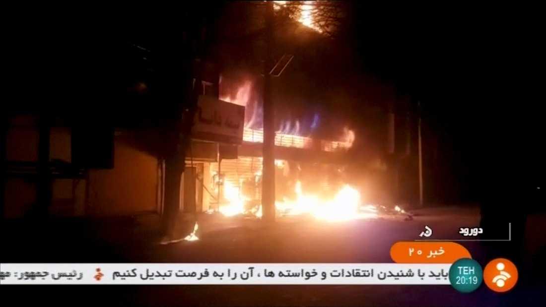 En bil brinner i staden Dorud i samband med demonstrationer.
