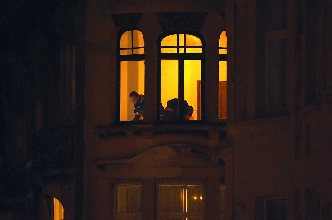 Polisen gör en husransakan i en lägenhet i Schaerbeek.
