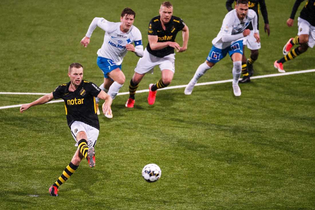 Sebastian Larsson sätter 2–2-målet mot IFK Norrköping.