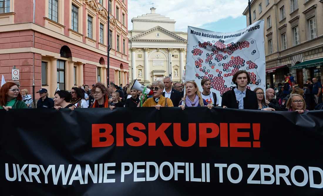 Protester i Warszawa 2018 där demonstranterna krävde att den katolska kyrkan ska sluta skydda personer som misstänks för sexuella övergrepp.