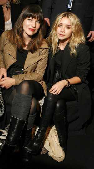 Milla Jovovich har ju själv vanan av catwalk från hennes modellkarriär och Ashley Olsen har själv ett eget klädmärke. Klart att de ska sitta front row!