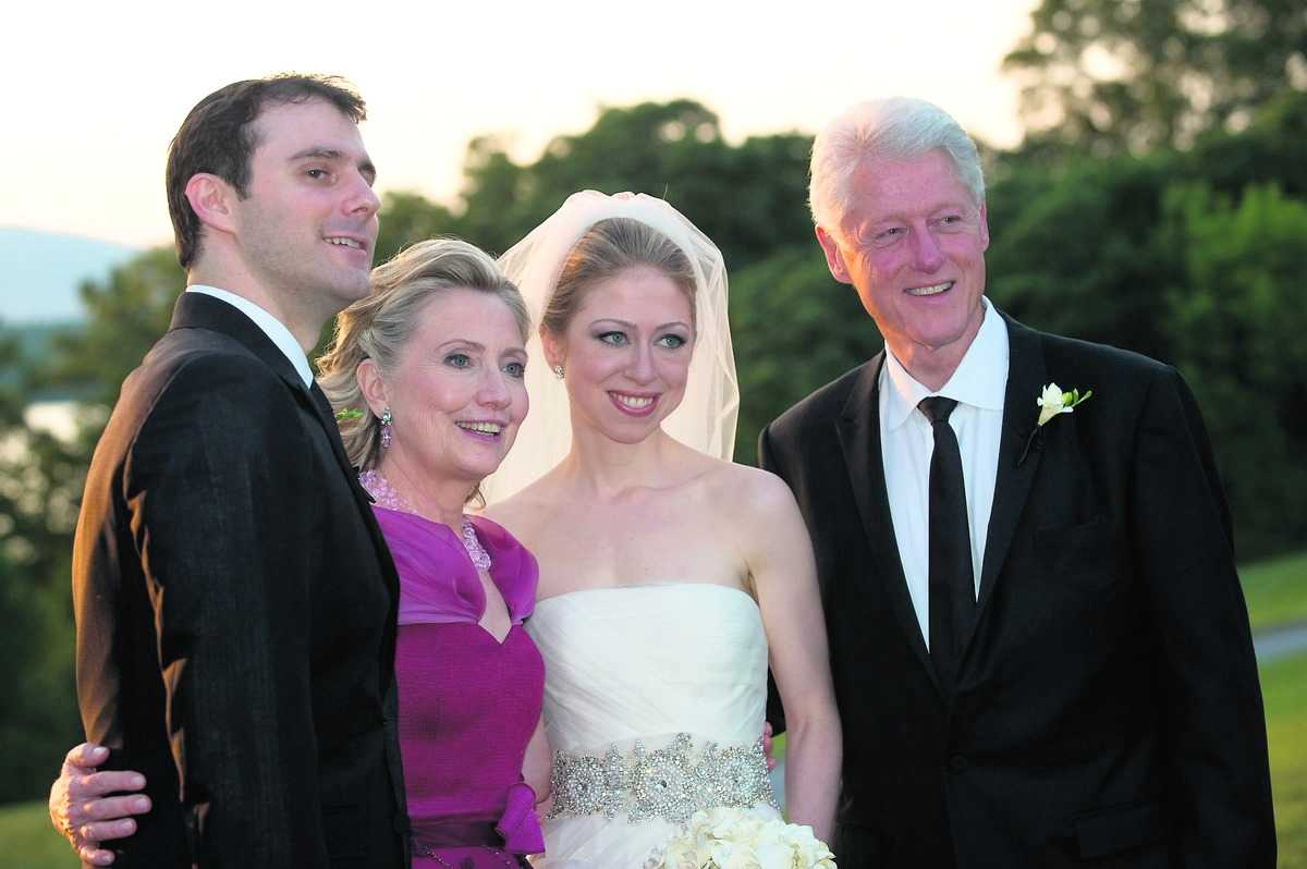 hela familjen Hillary och Bill Clinton log ikapp tillsammans med Chelsea och nye svärsonen Marc Mezvinsky på bröllopet.