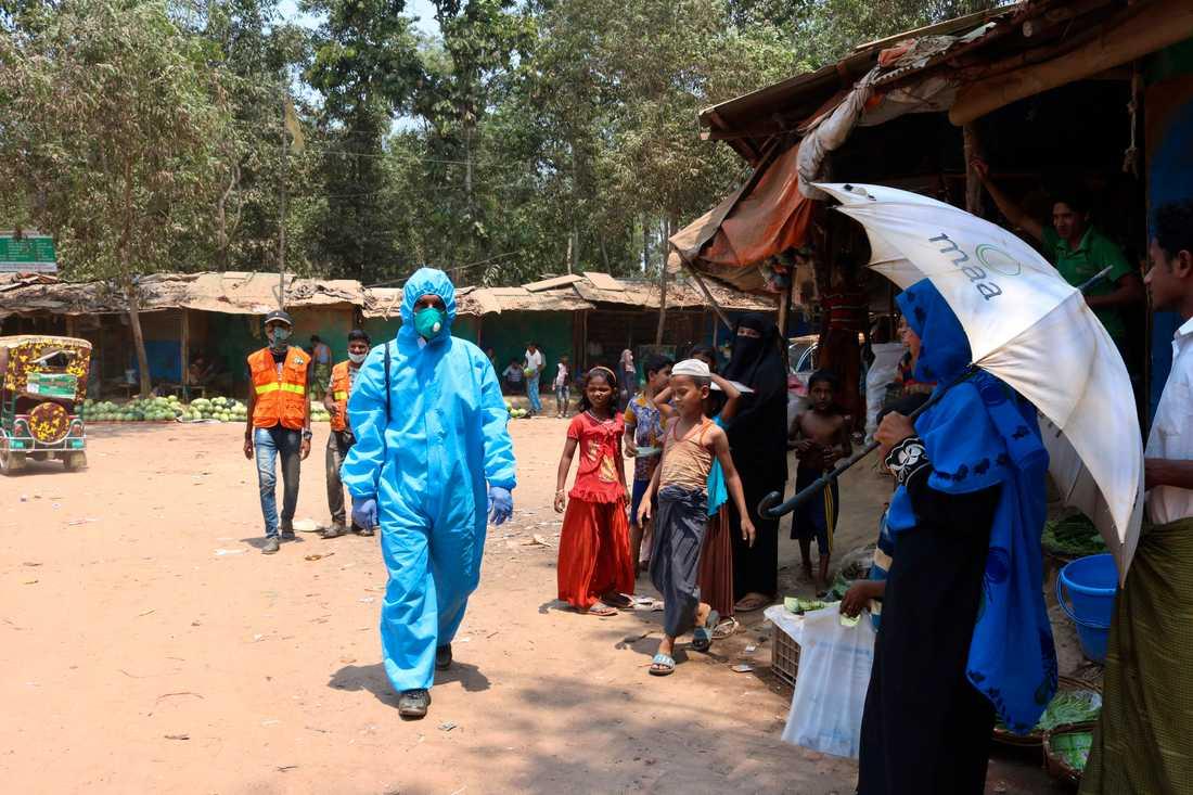 En sjukvårdsarbetare från en hjälporganisation i rohingyalägret Kutupalong i Cox's Bazar i Bangladesh. Bilden är från den 15 april.