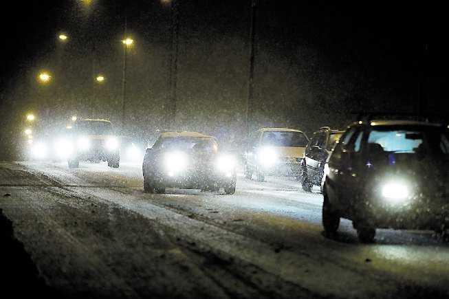 Stockholmsttrafiken i natt. Bilarna krypkörde i stormen med långa köer som följd.