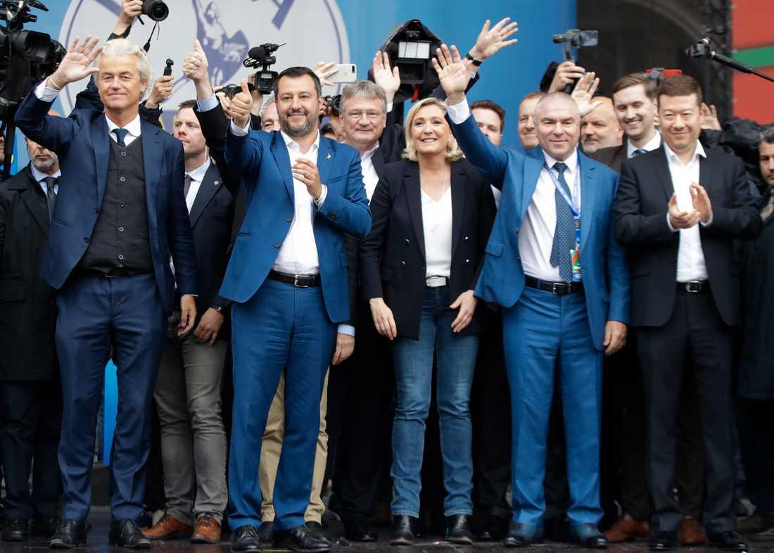 Geert Wilders (nederländska PVV), Matteo Salvini (italienska Lega), Jörg Meuthen (tyska AFD), Marine Le Pen (franska Nationell samling), Vaselin Marehki (bulgariska Volya), Jaak Madison (estniska Ekre), Tomio Okamura (tjeckiska SPD) med flera, sida vid sida i Milano.