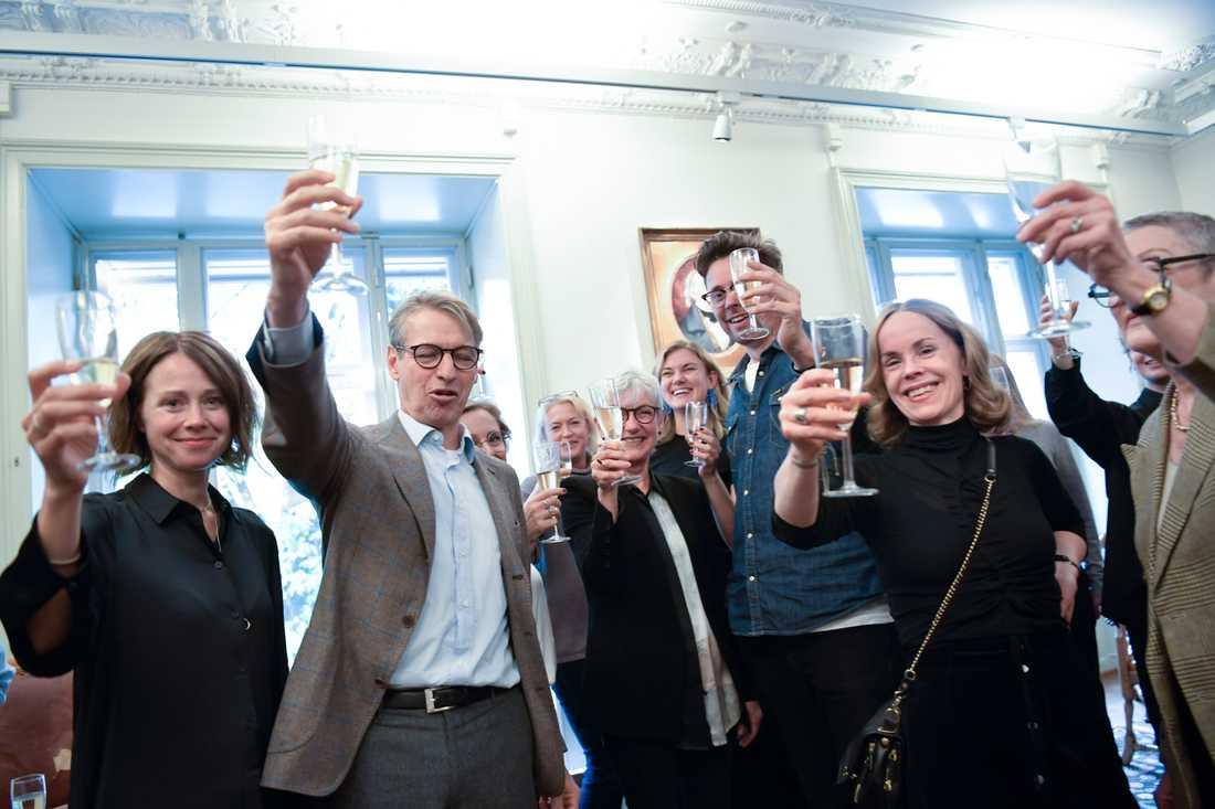 Personalen med Albert Bonnier i spetsen på Albert Bonniers förlag som ger ut Olga Tokarczuk och Peter Handke skålar i champagne.