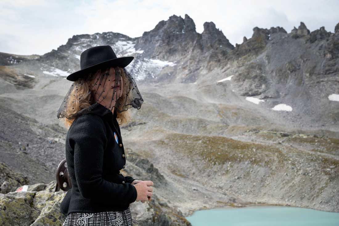 Svart sorgeklädsel bars av vissa som samlades för att hedra glaciären Pizol. Den är nu stor som ett par fotbollsplaner och har förlorat 80-90 procent av dess yta sedan 2006.