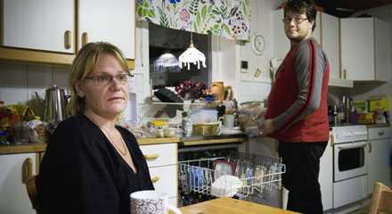 """""""Blir vi båda arbetslösa klarar vi inte huslånet"""", säger Malin Lindgren, 34, och Daniel Lindgren, 35."""
