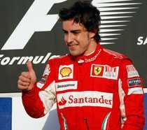 Fernando Alonso gör tummen upp efter segern i Bahrain. Nu har han försäkrat sina tummar för 100 miljoner kronor.