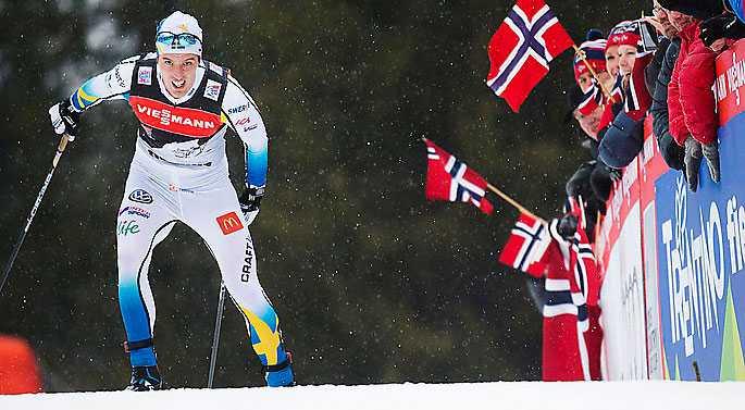 Calle Halfvarsson kämpar sig upp för backen i Tour de Ski.