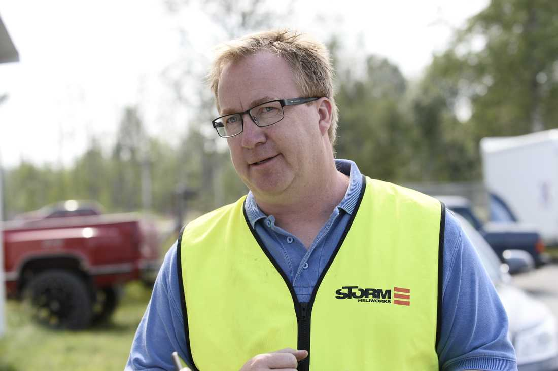 Stefan Larsson bistår med helikoptrar vid bränderna i Gällö.