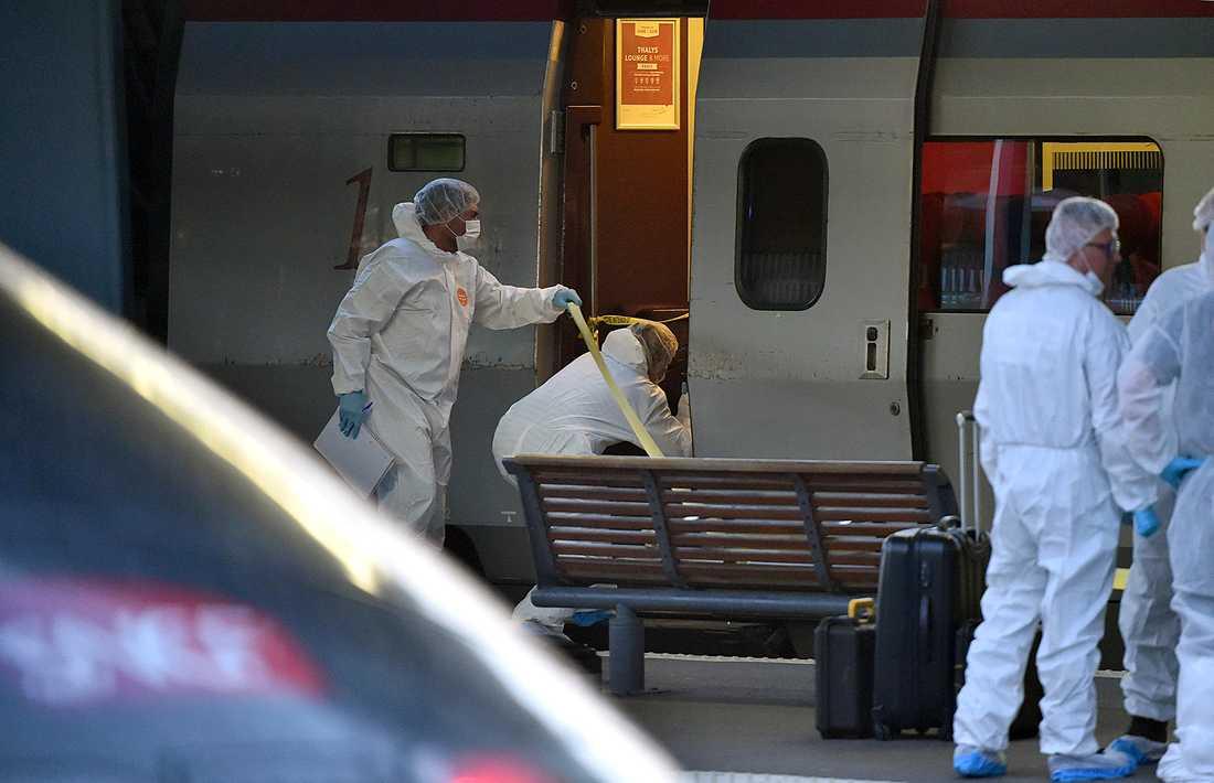 Polistekniker undersöker tåget.