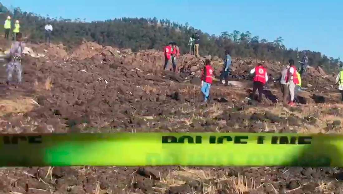 En skärmdump ur en video visar hur personal från bland annat Röda korset jobbar på nedslagsplatsen.