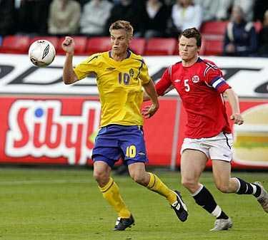Tuff landskamp. Markus Rosenberg – här uppvaktad av John-Arne Riise – upplevde en tuff landskamp på Råsunda.