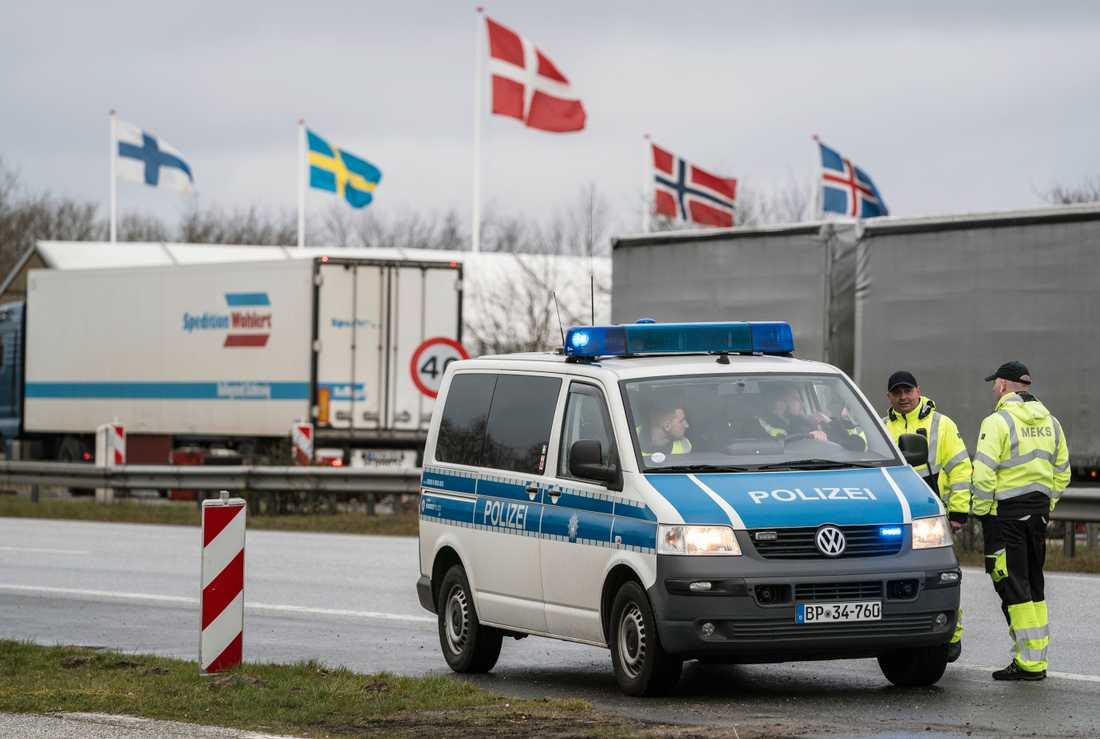 De nordiska länderna har valt lite olika vägar när det gäller åtgärderna mot coronaviruset. Bilden är tagen vid Danmarks stängda gräns – från den tyska sidan.
