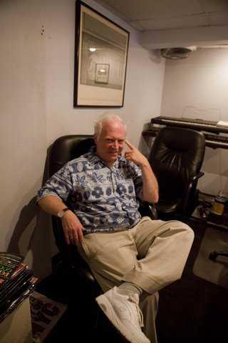 Pianisten och kompositören Roger Davidson blåstes på över 40 miljoner kronor av en datorreparatör.