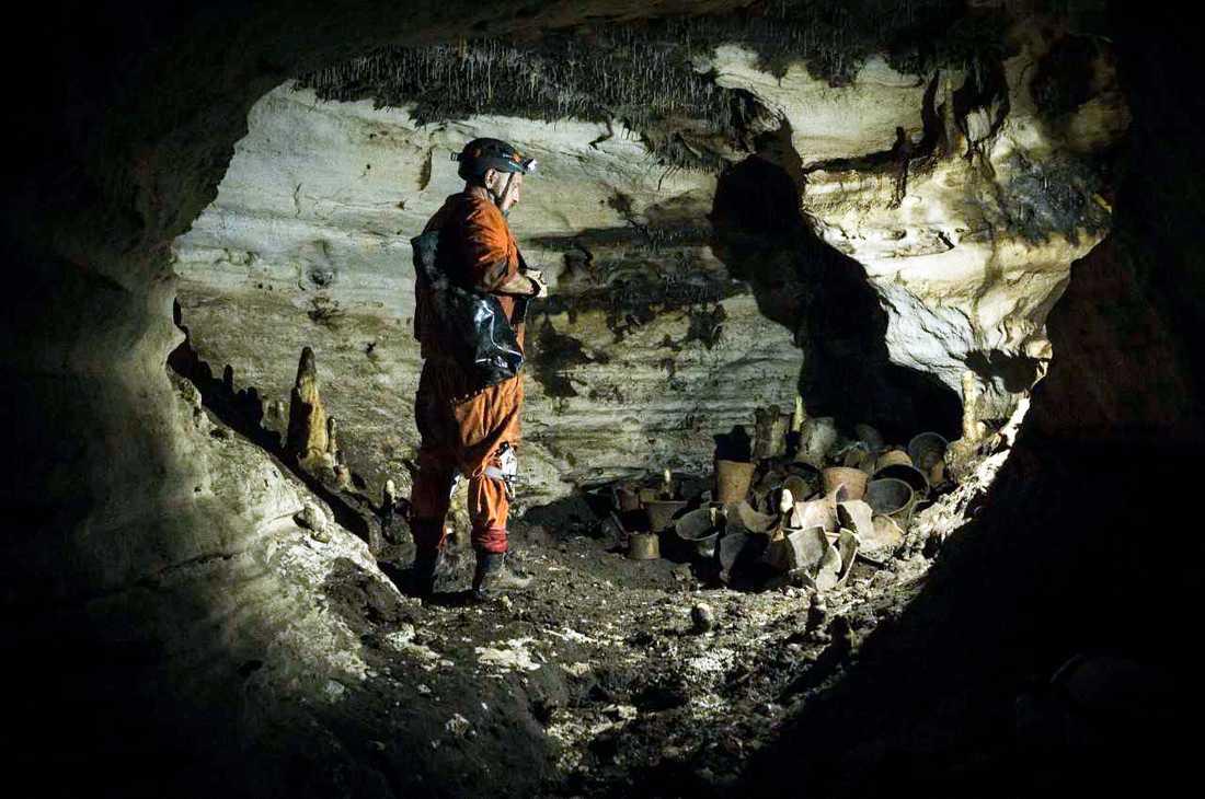 Arkeologen Guillermo de Anda i det nyupptäckta grottsystemet under den mexikanska ruinstaden Chichén Itzá.
