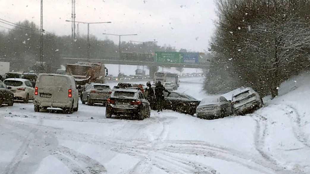 En av seriekrockarna på vägarna runt Stockholm under måndagsmorgonen.