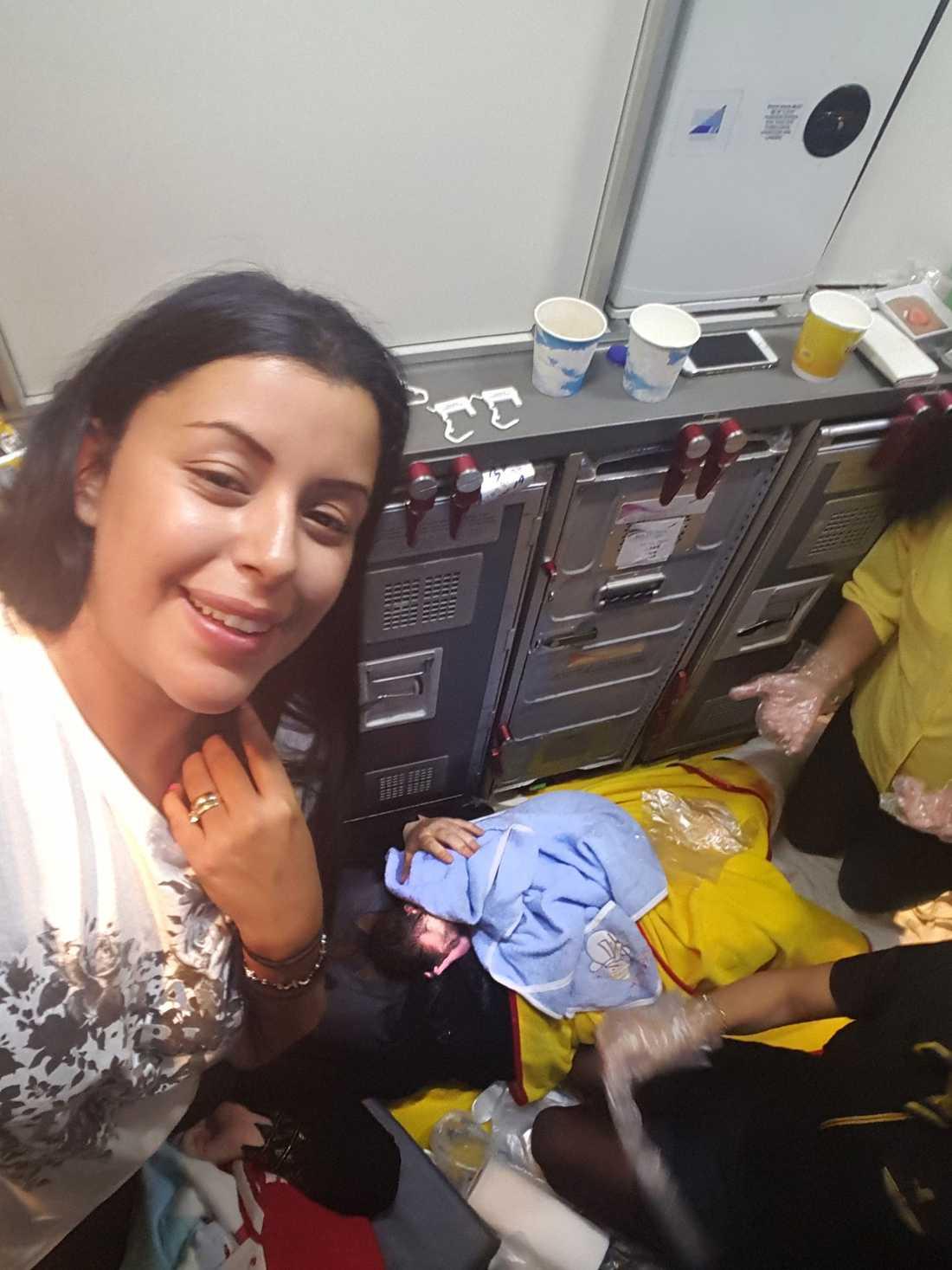 Nisrin Hajar hjälpte kvinnan under förlossningen ombord – här med den nyfödde pojken.