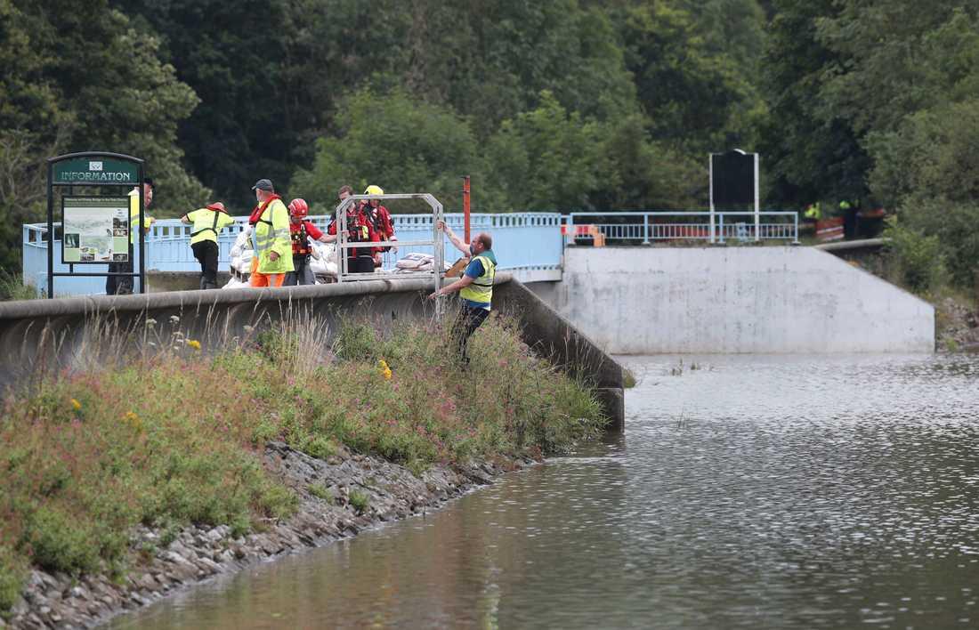 Räddningstjänsten på plats vid vattenmagasinet Toddbrook nära staden Whaley Bridge i England.