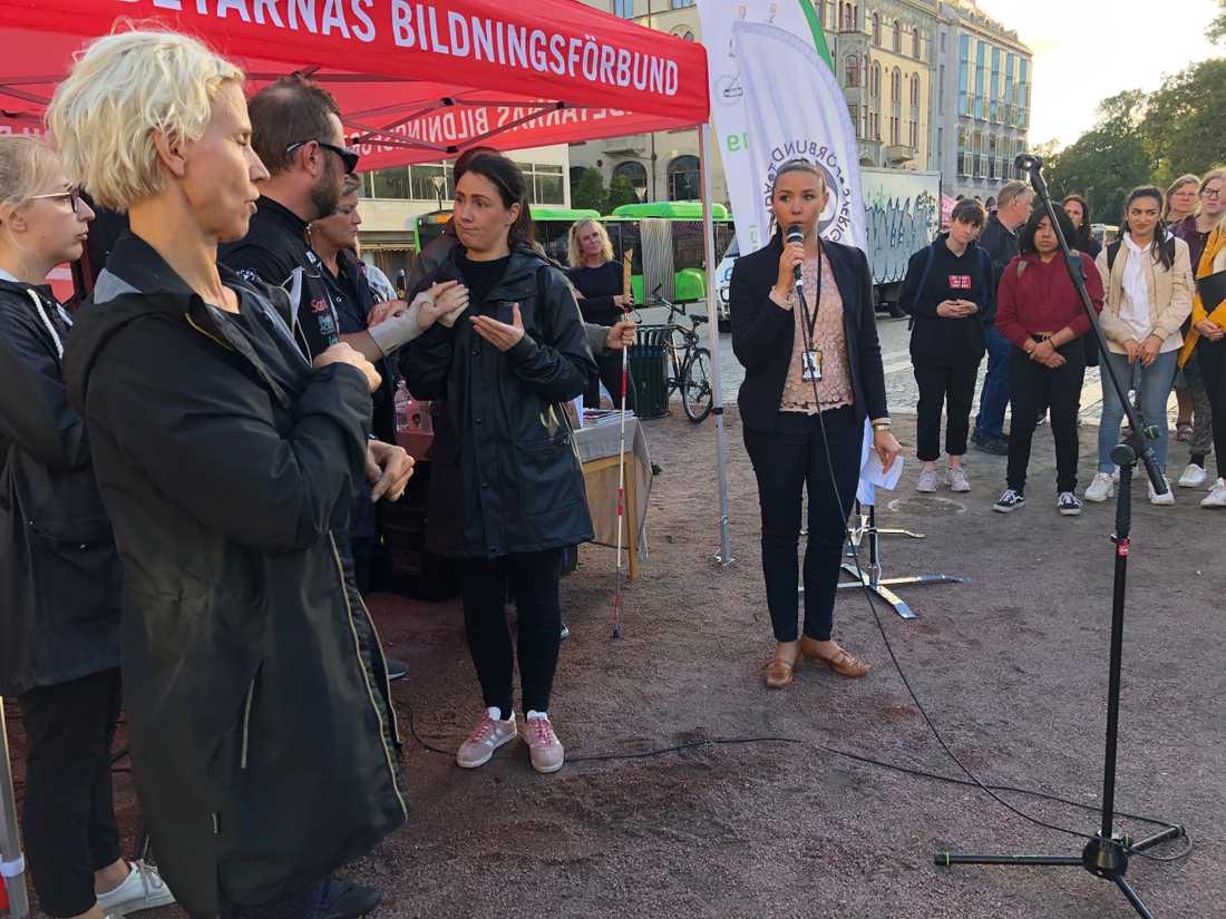 Riksdagsledamoten Yasmine Bladelius (S) var på plats och bjöd in Torbjörn till socialutskottet.