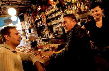 Jort Herder och Ron van del Flugt är två av de få gäster som får plats på Amsterdams minsta pub Café de Dam. Enligt bartendern Sarah van Dijk mäter puben inte mer än ett par meter.Foto: STEFAN MATTSON