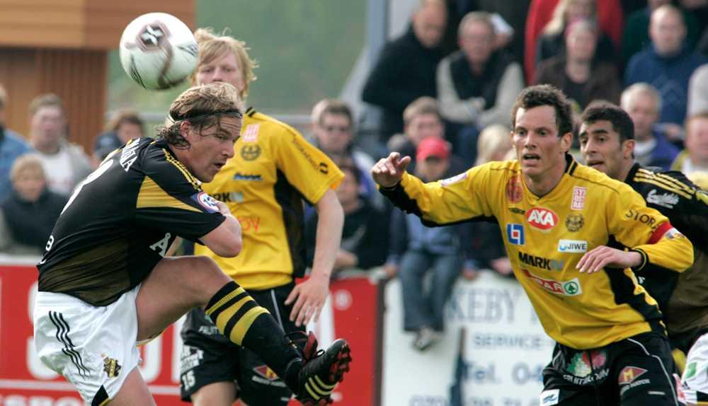 Här krigar Daniel Tjernström med Mjällby-spelare i superetttan 2005.