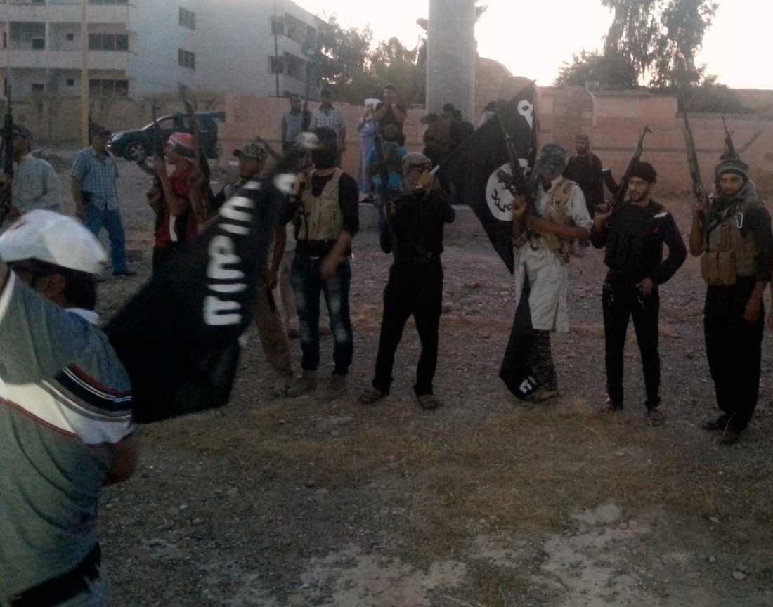 Isis-krigare på gatan i staden Mosul.