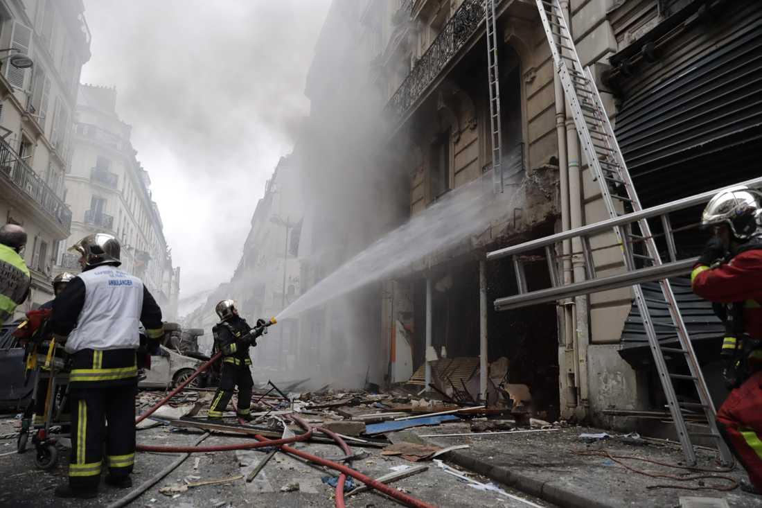 Släckningsarbete efter explosionen i Paris