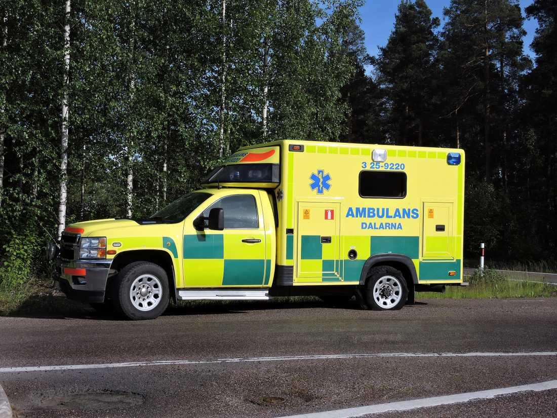 Ambulansen fick punktering på vägen till Gunilla Ahlström.